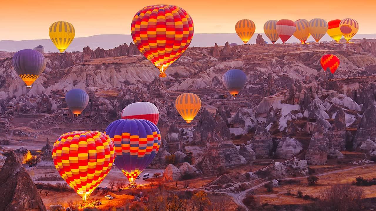 Günbatımında balonların ve Kapadokya'nın muhteşem uyumu
