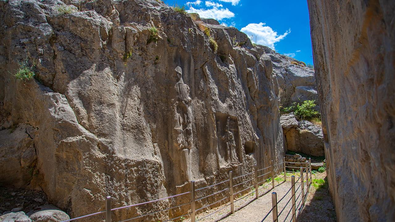 Açık hava tapınağı olan Yazılıkaya'nın duvarlarında bulunan kabartmalar