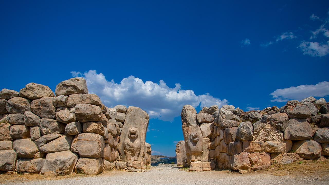 Hattusha'ya ait iki aslan heykelinin bulunduğu anıtsal kapı
