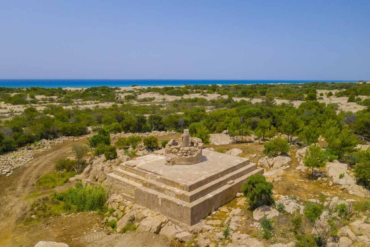 Patara'da bulunan deniz feneri ve arkada Akdeniz