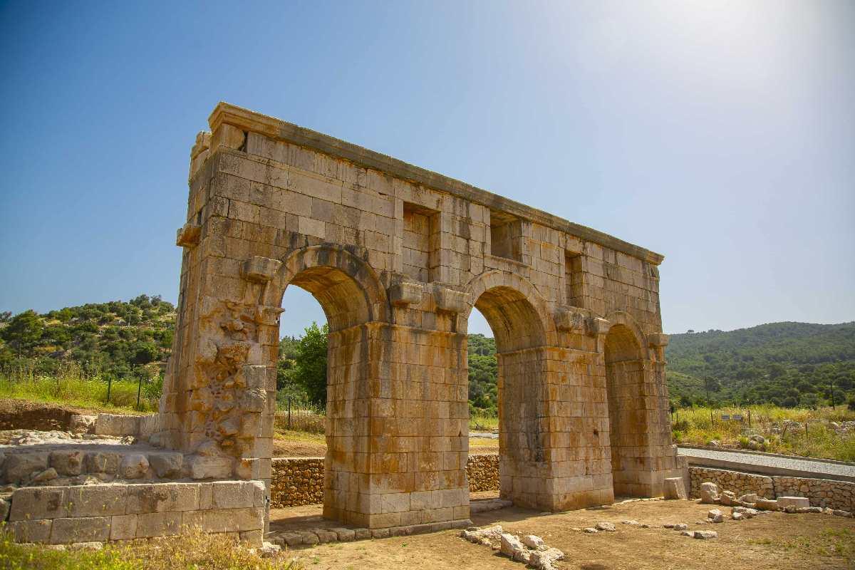 Patara'da bulunan anıtsal kapı
